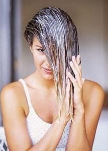 mulher-passando-creme-no-cabelo